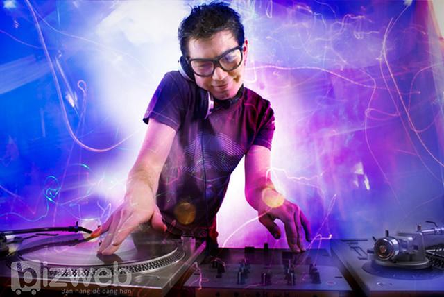 Các DJ biến niềm đam mê với âm nhạc thành thu nhập. Công việc DJ cũng đa dạng như các loại âm nhạc mà họ chơi