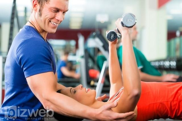 Huấn luyện viên cá nhân hướng dẫn cho mọi người các kỹ thuật thể dục phù hợp